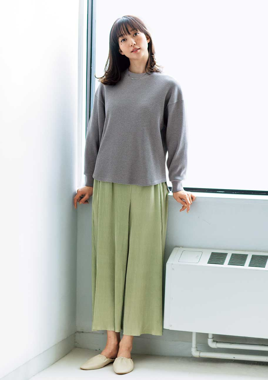 シンプルな着こなしをカラープラス素材感でおしゃれな印象に