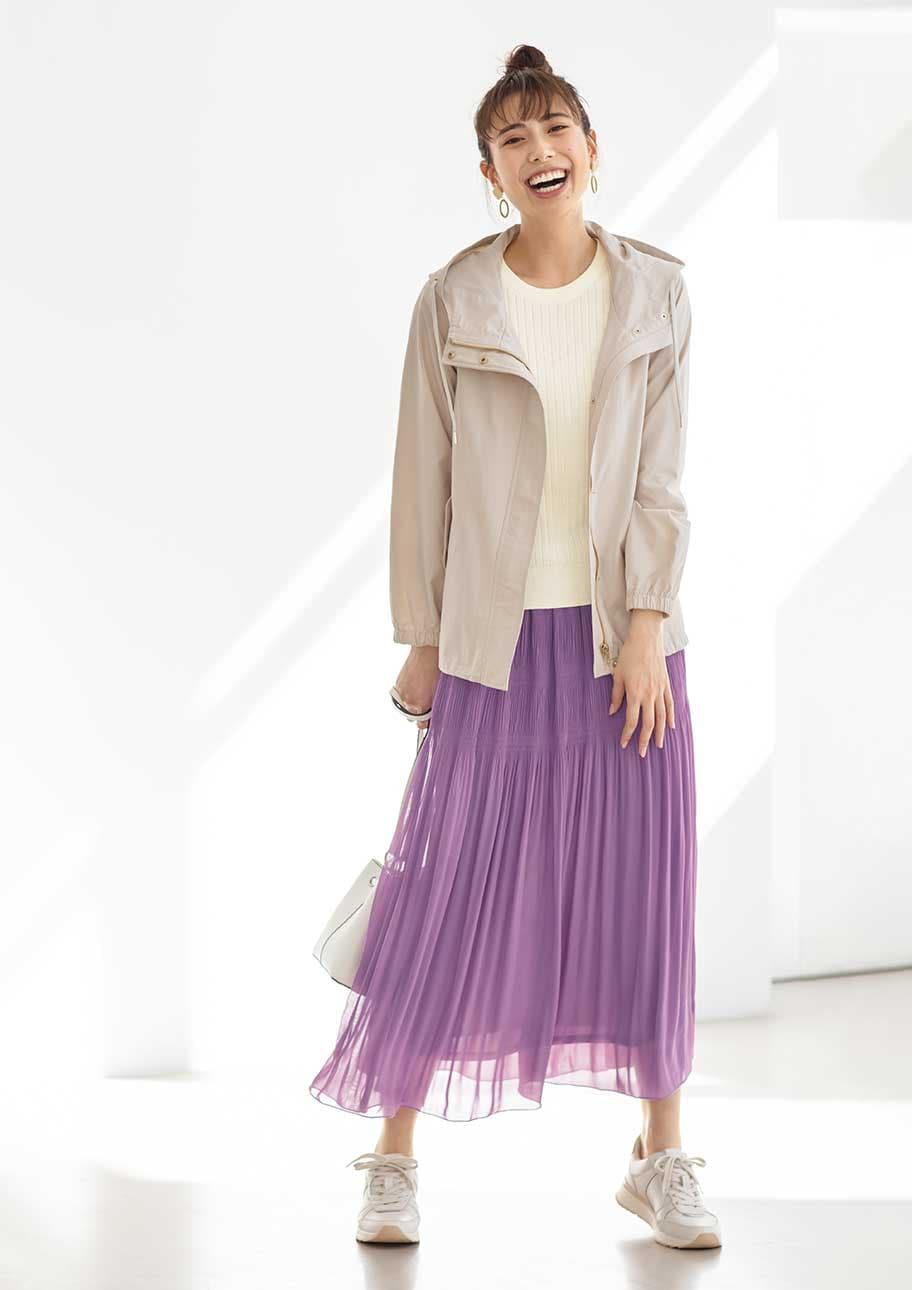 フェミニンに感じさせすぎないよう、スカート以外はカジュアルにまとめて