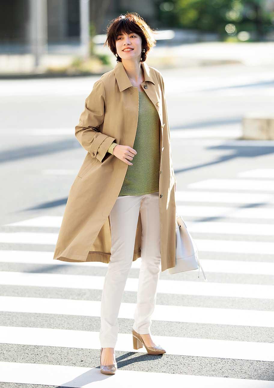 上品なシルエットのコートはシンプルに着こなしてもサマになる