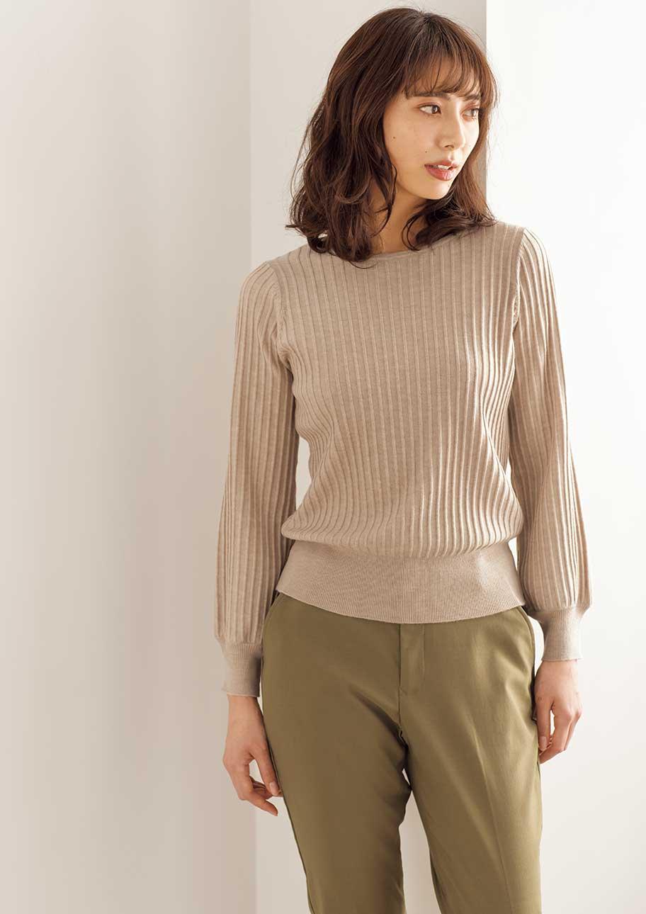 凹凸感のある編地が表情豊かなニットコーデはパフスリーブで甘さをひとさじ