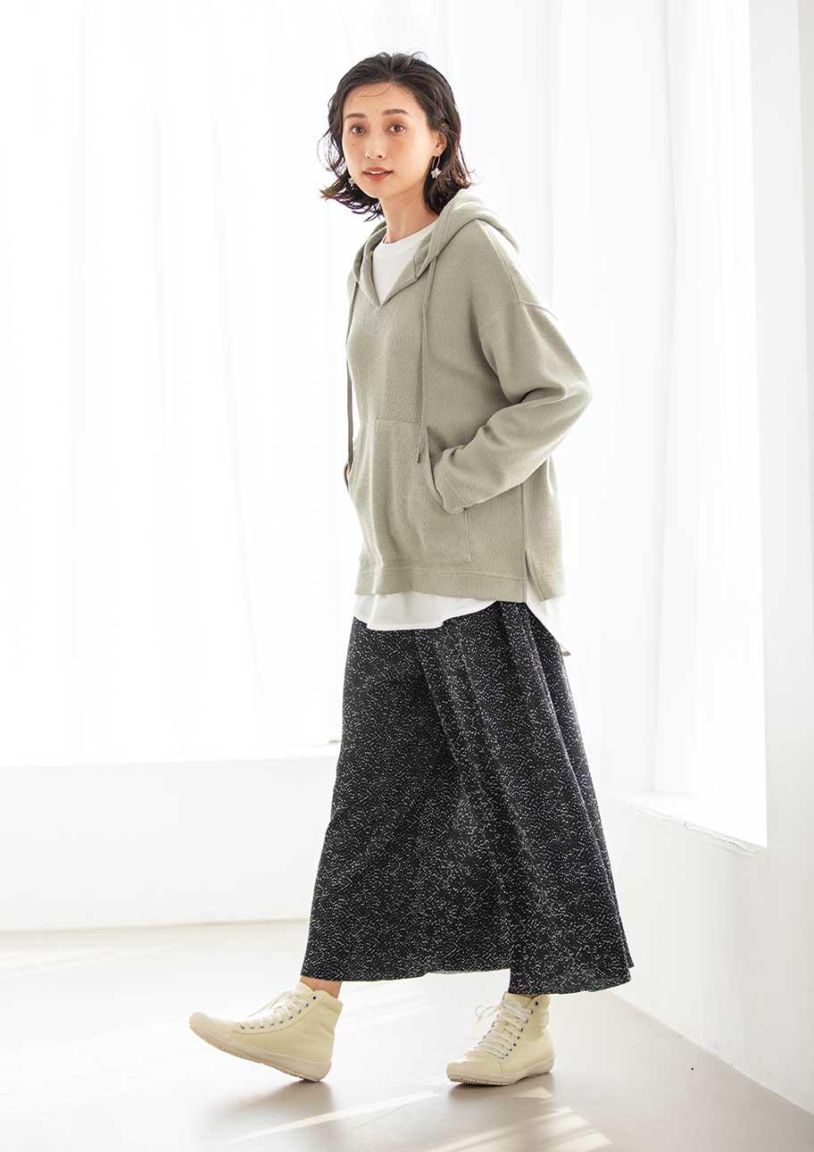 スカート合わせでより女性らしい印象のレイヤードスタイル