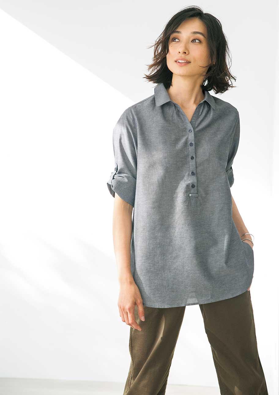 デコルテを印象付けるスキッパーシャツは、涼感素材でより爽やかに