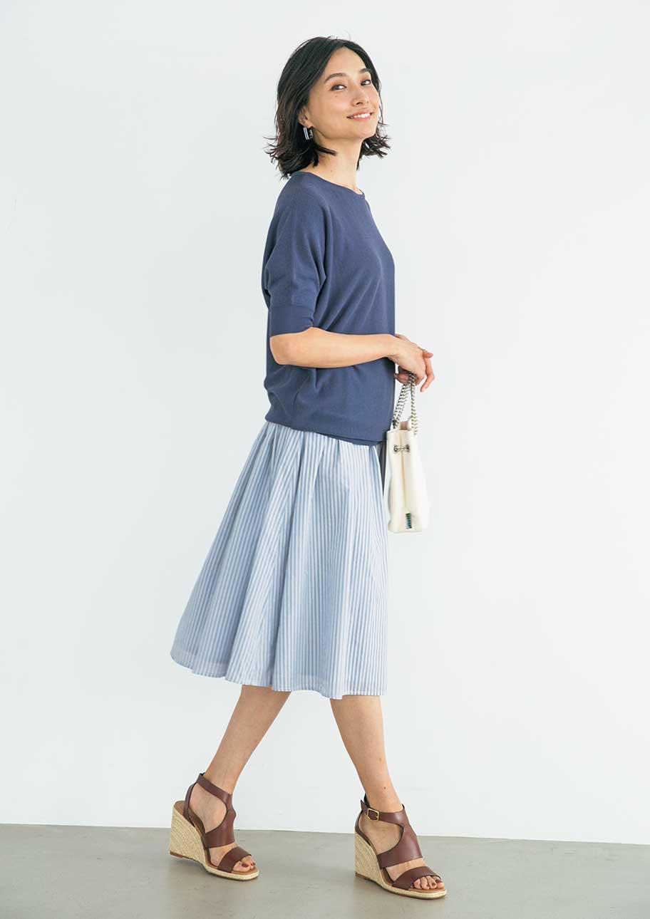 ブルー系のワントーンでまとめた夏のスカートスタイル