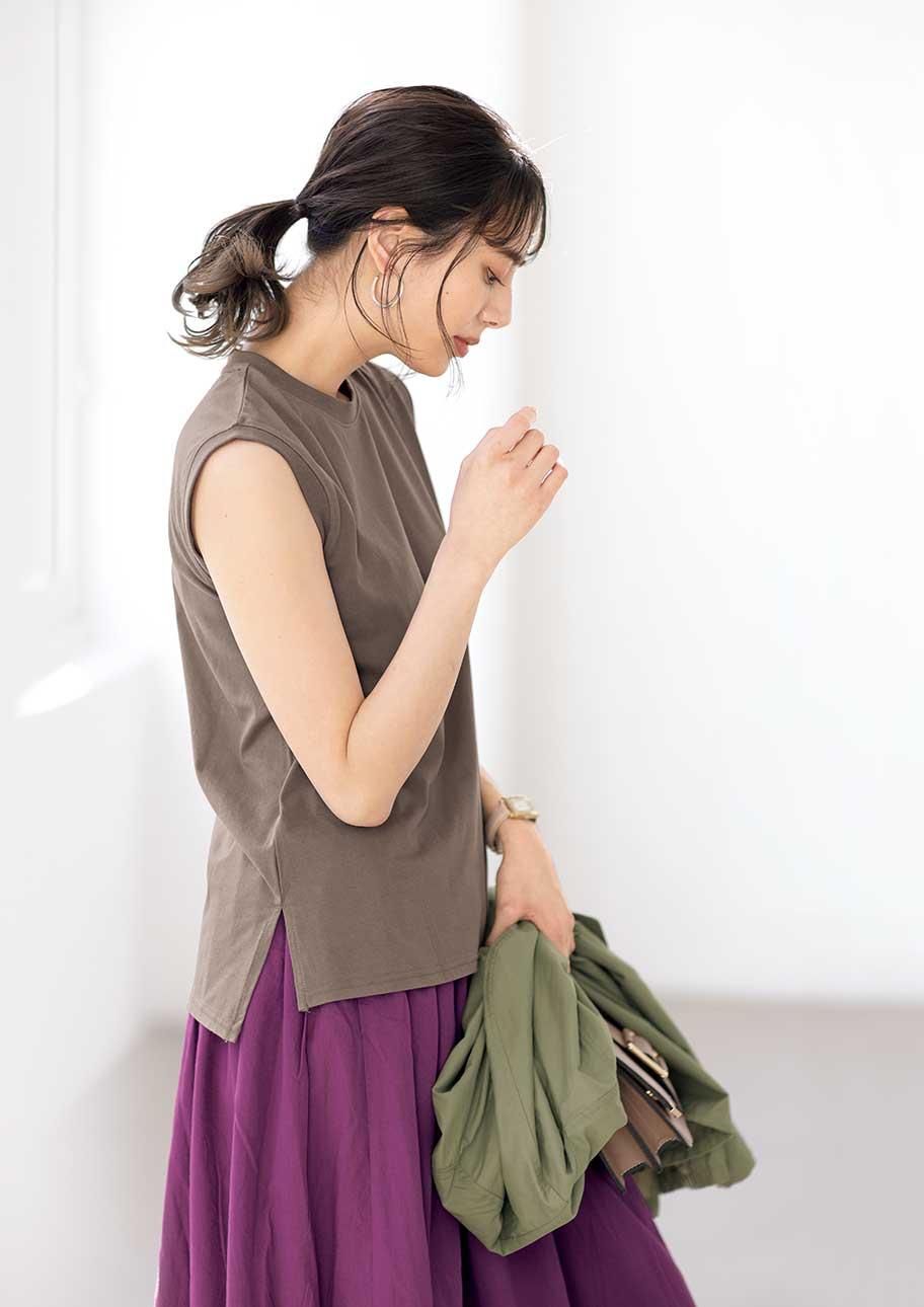 真夏に大活躍してくれる小さめの衿元タンクが今どきな印象に