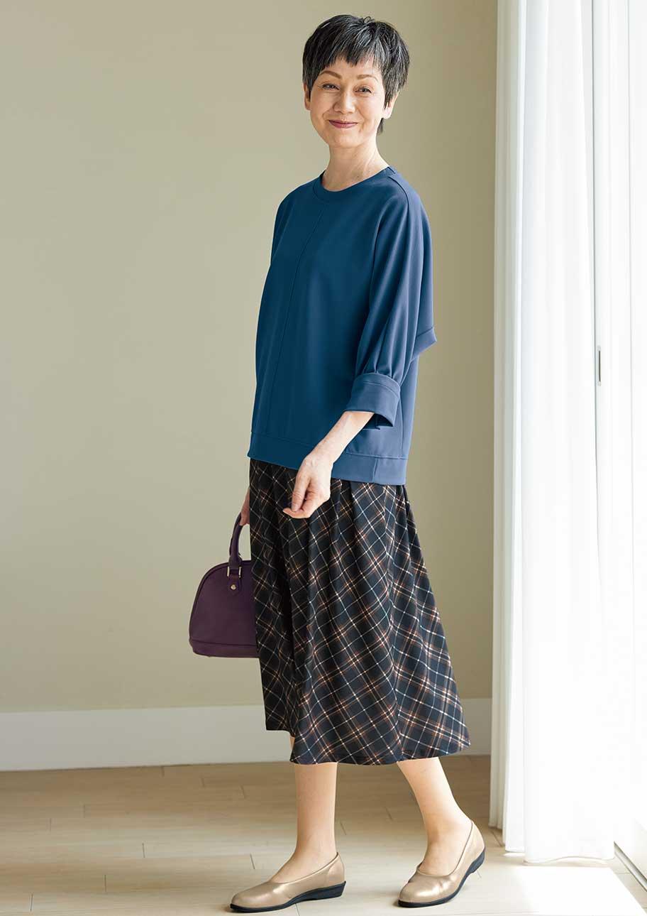 長すぎないレギュラー丈のスカートでふんわりとした可愛らしさを楽しむ