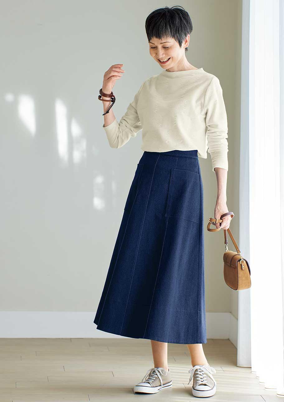 デニムスカートの切り替えデザインがシンプルでもおしゃれに見せてくれる