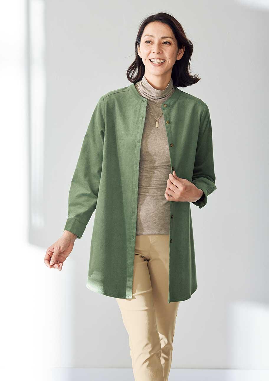 シンプルな着こなしも秋らしいオリーブを加えるだけでグッと華やぐ