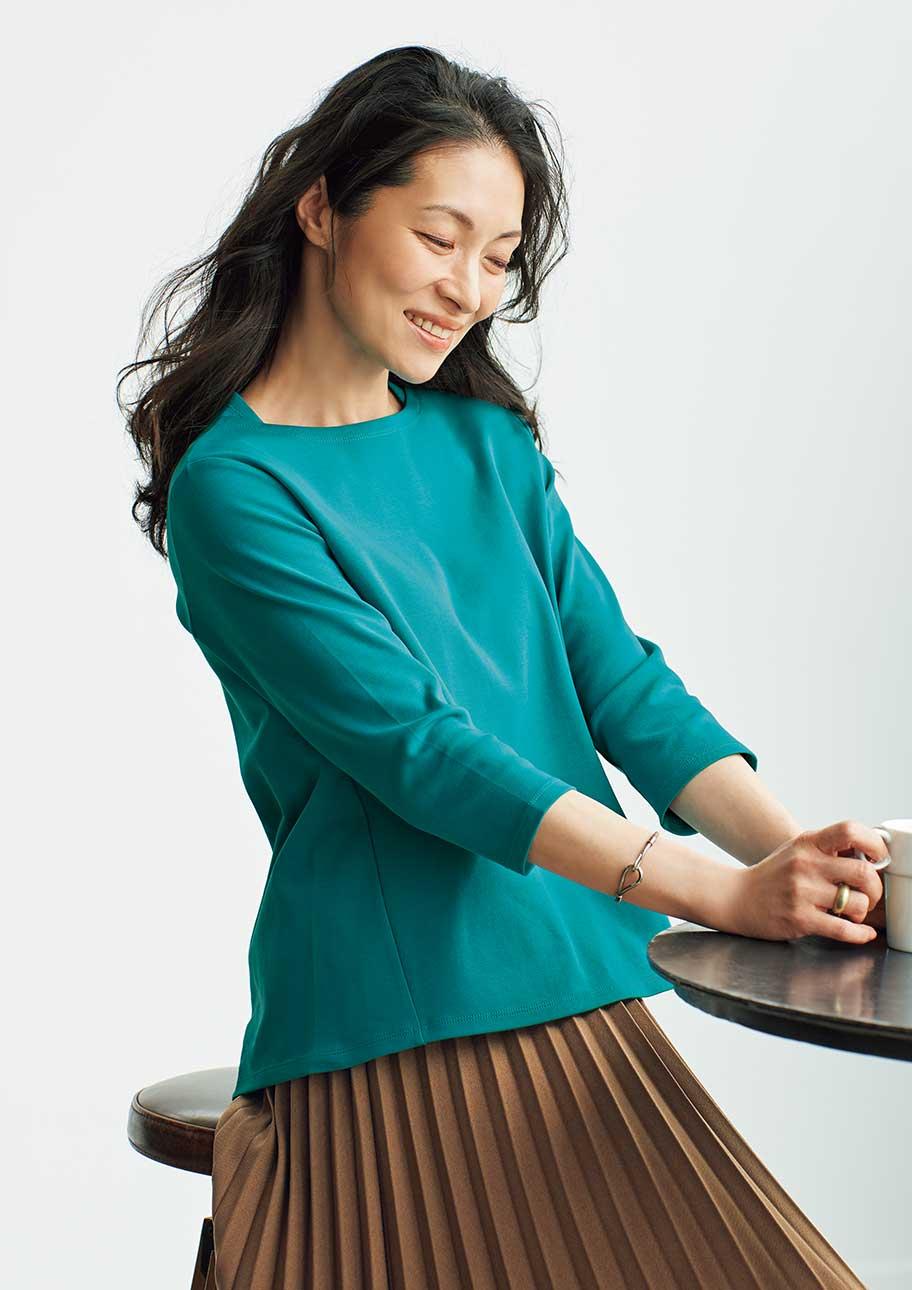 立体的できれいなTシャツはスカート合わせでより上品な印象に