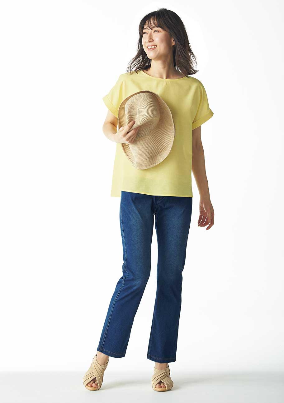 イエロー×ウォッシュブルーのコーデに帽子やサンダルで夏らしい雰囲気をプラス