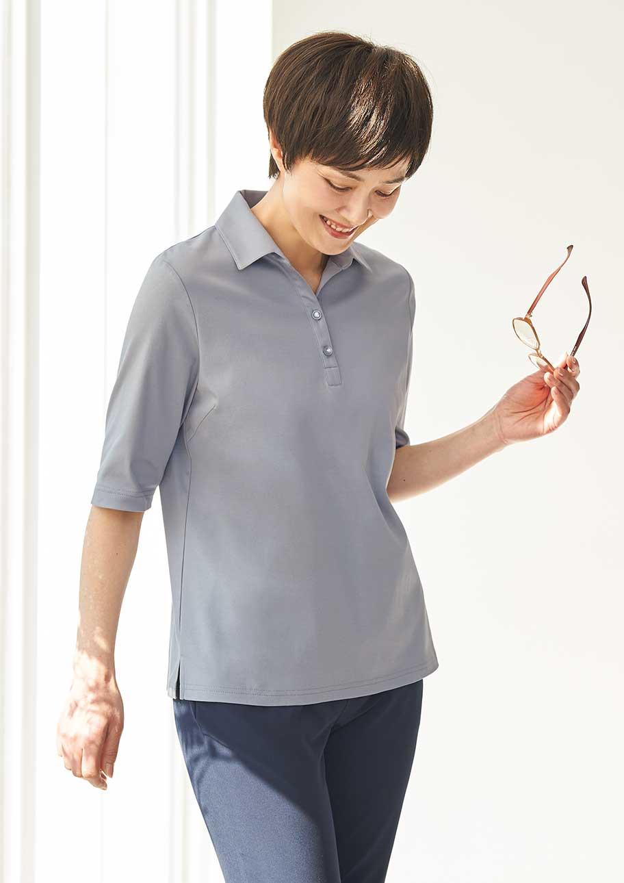 シルキーな光沢と衿付きできちんと感のあるスタイルに